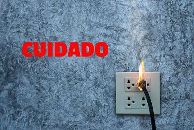 TEN-CUIDADO-CON-UN-enchufe-quemado