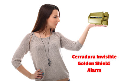 presentadora con la golden shield alarm